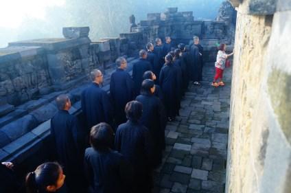 全體師生在導游小姐的帶領下探訪婆羅浮屠釋加牟尼佛生平壁雕