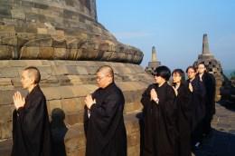 妙豪法師和如音法師帶領同學們於婆羅浮屠繞塔念佛。