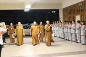 同學們在新馬寺列隊歡迎三師和尚