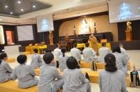 福國寺當家妙詠法師向同學們介紹剛新建的福國寺