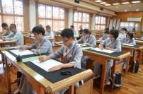 同學們于抄經堂體驗抄經,享受片刻的寧靜。