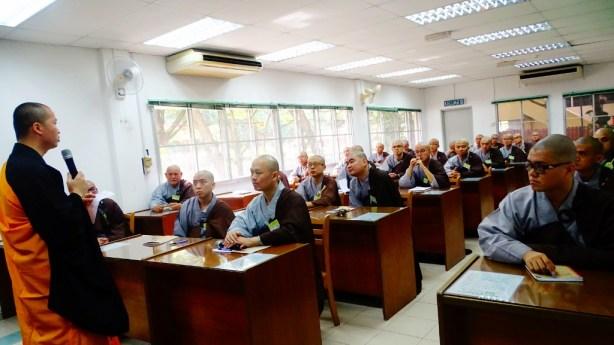 小組討論時,引禮法師叮嚀大眾在佛道上切莫放逸。
