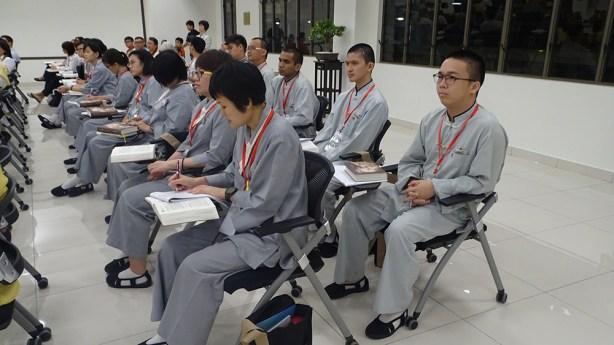 海外都監院院長滿謙法師和妙涵法師帶領《人間佛教回歸佛陀本懷-讀書會帶領人 研習班》上,讓他們更瞭解星雲大師的著作最精華的部分。