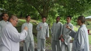 妙豪法師和如音法師于大樹下指導同學唱《山水妙路》