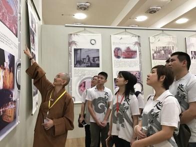 妙豪法师带领同学们参加新马寺美术馆,并介绍大师在大马弘法的历史足迹