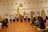 周日班同学于晚课共修后招生,并用《信仰》的歌声表达对大众的感激。