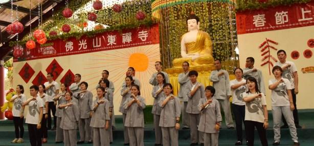 為了給義工歡喜,同學們忙碌之餘也給大家帶來了《快皈依佛陀座下》、《信仰》的歌曲