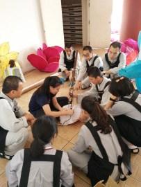 同學們學習粘花燈,為平安燈會增添色彩