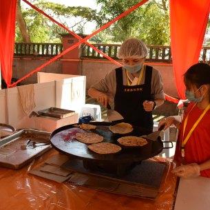 佛學院學生于時尚街義賣印度煎餅