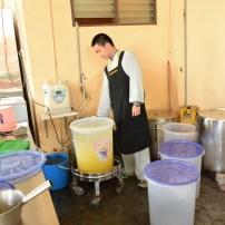 佛學院學生于調水區供應來山大眾飲料
