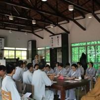 劉美芳同學向心保和尚提出問題。