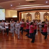 光明大學的老師教授東禪佛教學院與南非天龍隊的學生一起學習菲律賓民間舞蹈