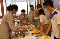 東禪佛學院學生學習烹調菲律賓著名甜點Halo-Halo。