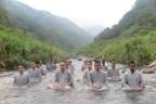 在溪流裡靜坐,通過水流洗條內心的貪、嗔、癡污染。