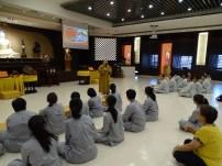 福國寺住持妙詠法師向同学们叙述福國寺的缘起。