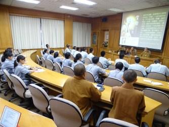 佛光山都監院院長慧傳法師與其行政書記團隊們向同學們介紹都監院在佛光山扮演的角色。