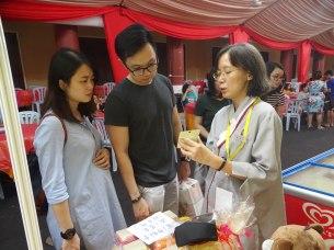 食尚街義賣同學向顧客介紹文物