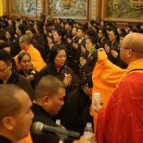 心保和尚為600位授三皈五戒者灑淨祝福