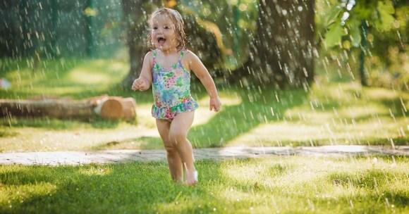 18 niezwykłych zabaw na upalne dni (z wodą, piaskiem i roślinami)