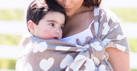 Wszystko zaczyna się w ramionach rodzica, czyli o wpływie noszenia na osobowość dziecka