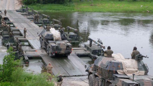 rozwijać zdolności militarne
