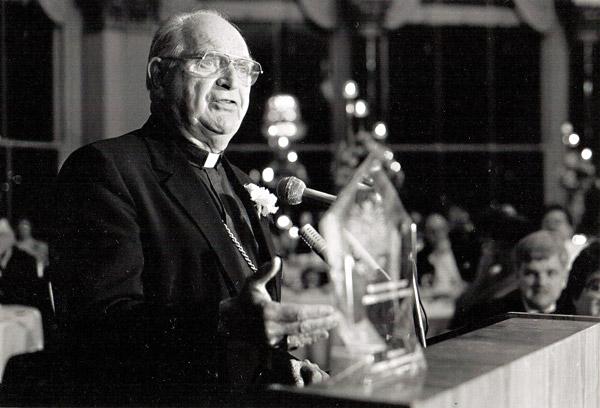 4---1988-Biskup-abramowicz-odbiera-Spirit-Award