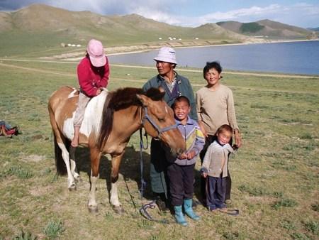 Семья монголов около озера Убсу-Нур