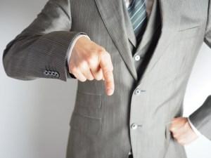 指さす上司