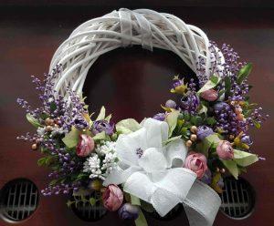 Coroniţă albă nuiele, flori mov 33 cm