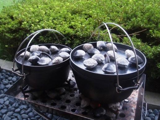 ダッチオーブンには豆炭を使う