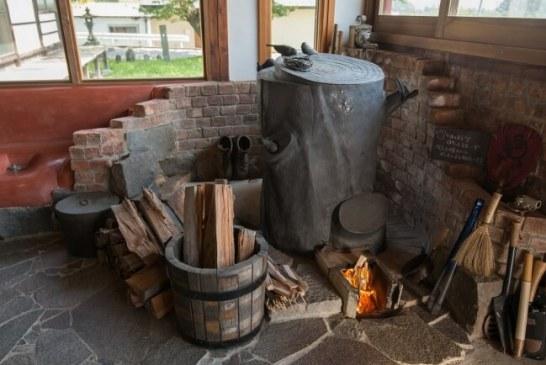 古民家レストランの暖房は、一見ストーブに見えないドラム缶を使ったアーティスティックなロケットストーブ(山梨県・Iさん製作)