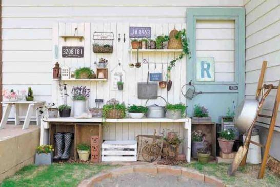 白い板壁のコーナーに、ナチュラルテイストの雑貨と小さな植物をディスプレイして、さわやかな雰囲気を演出しています