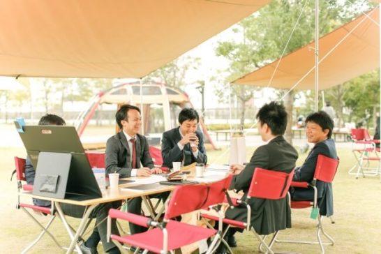 8人掛けのテーブルと椅子を設置した「Meeting in the タープ」