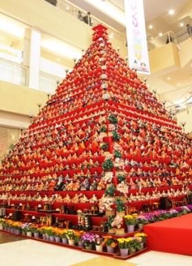 7メートルのエルミこうのすのひな壇はピラミッド型としては日本一の高さです。職人や実行委員会、ボランティアが一体一体手作業で飾ります(昨年撮影)。
