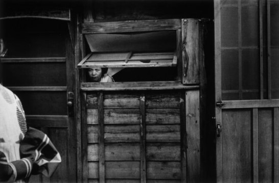 常盤とよ子《窓 日の出町裏》1955年 ゼラチン・シルバー・プリント 25.9×39.6cm