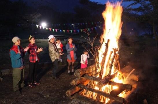 21日(土)は湖畔でのキャンプファイヤーを開催 ※写真はイメージです