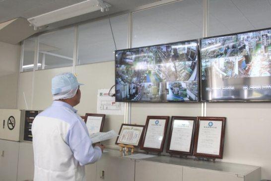 事務所内にはモニターが設置。工場内の状況が常にチェックできる体制に。