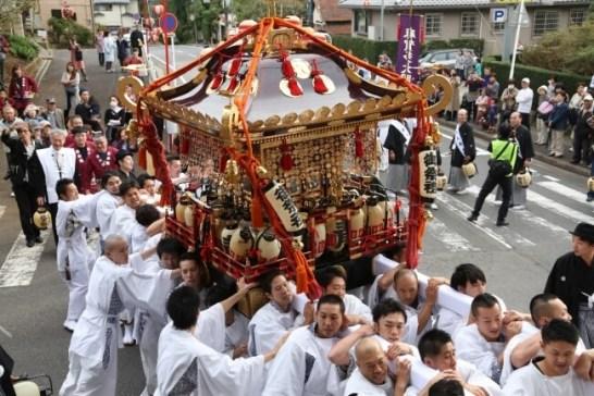 「明神祭りさらば久しい」の掛け声とともに担がれる神輿