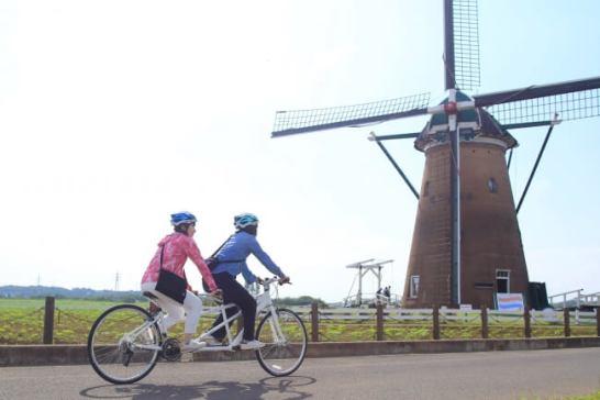 2人乗りのタンデム自転車でサイクリングロードを疾走