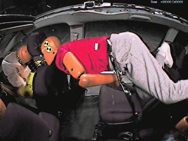 シートベルト非着用の後席ダミーがシートごと運転席ダミーを押しつぶした