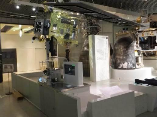 「はやぶさ」模型と「イトカワより採取したサンプル実物(JAXA 所蔵)」
