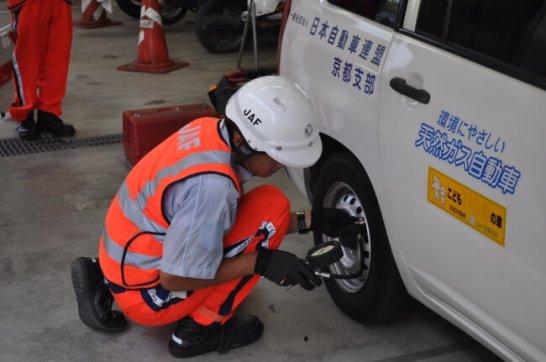タイヤの空気圧を確認するロードサービス隊員