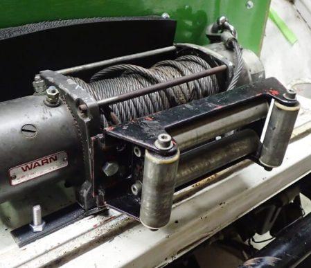 本格オフロード専用の4WD電気自動車なので、フロントのみならず、車体後部にも8000ポンド引きのウインチを装備する。