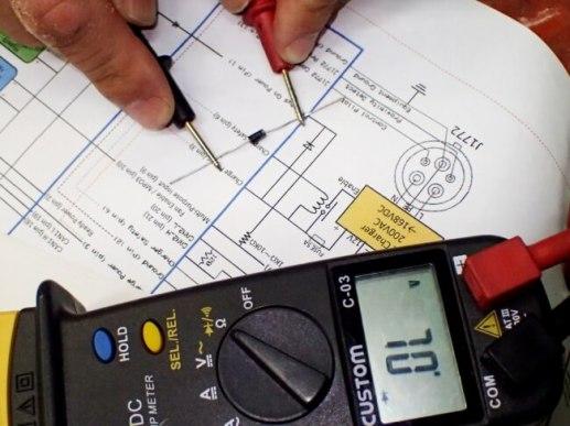 配線図と照らし合わせ、テスターで確認しながら、必要なダイオードをハーネスに取り付けて行く。