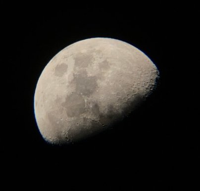 ▲:天体望遠鏡ウルトラムーンを使用して撮影した月の写真。月の明るい部分と影になっている部分の境目付近で、クレーターの形がくっきり見える