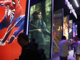 """W Los Angeles zakończyły się w czwartek największe na świecie targi przemysłu gier komputerowych E3. Uczestniczyły w nich z sukcesem także polskie firmy, w tym CD Projekt RED, która zaprezentowała swoją przyszłą grę - """"Cyberpunk 2077"""". Electronic Entertainment Expo (E3) zgromadziło ponad 200 wystawców. 85 firm, pokazywało tam swoje produkty po raz pierwszy. Według organizatorów, Entertainment Software Association (ESA), wtorkowe otwarcie imprezy przyciągnęło 60 tys. ludzi z całego świata, a miliony oglądały ją w za pośrednictwem Internetu. """"E3 w Los Angeles to niesamowite wydarzenie, świetne miasto, świetni ludzie. Impreza jest gigantyczna. Jestem tutaj po raz pierwszy. wiedziałem, że E3 jest duża, ale nie miałem wyobrażenia, że aż tak"""" – powiedział PAP Maciej Pietras reprezentujący CD Projekt RED. Podczas prac nad """"Cyberpunk 2077"""" zajmuje się on animacją postaci w scenach interaktywnych. Wraz z zespołem, odpowiada za warstwę narracyjną gry. """"Otrzymujemy bardzo dużą ilość bardzo pozytywnych wypowiedzi. Bierzemy sobie je do serca. Są one naszą główną motywacją. Dzięki pozytywnym komentarzom upewniamy się, że tworzymy coś co zarówno daje +fun"""" jak i poczucie dumy"""" – zapewnia. Jego zdaniem polskie firmy stają już w szranki z przedsiębiorstwami z całego świata. E3 po raz drugi jest otwarty dla społeczności graczy. Według ESA zaproszono ich do Los Angeles 15 tys. """"Gracze są sercem E3, bez względu na to, czy są na parkiecie, grają, oglądają wydarzenie z domu, czy uczestniczą w panelach E3 Coliseum ze swoimi ulubionymi twórcami z branży"""" - mówił Michael D. Gallagher, prezes i dyrektor generalny ESA. Przekonywał, że firmy i przedsiębiorcy pracują, by zaskoczyć i zachwycać fanów, którzy napędzają innowacyjność, kreatywność i dynamikę globalnego przemysłu. Na tegorocznych targach zaprezentowano ponad 3 tys. produktów i gier wideo W trakcie tegorocznych targów zaprezentowano ponad 3 tys. produktów i gier wideo. Było wśród nich wiele nowych, a także zapowiadanych, które dopiero"""
