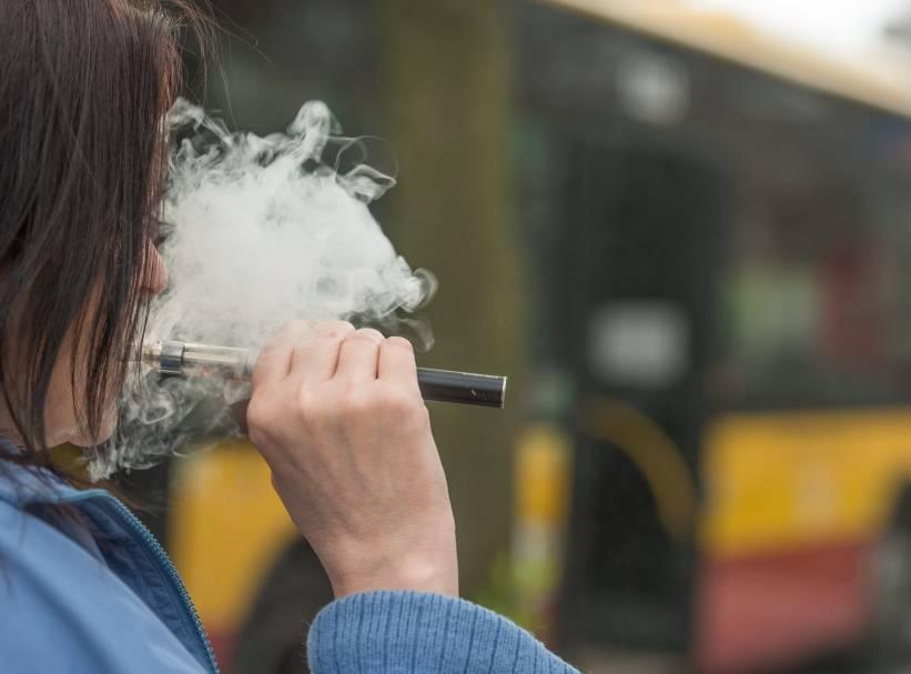 Aerozol z e-papierosów negatywnie wpływa na czynność płuc.