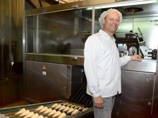 """אבי גלברט מנכ""""ל גילרו בקווי הייצור של המפעל, צילום: יח""""צ"""