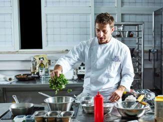 שף אושר אידלמן מבשל עם אוממיקס. צילום: אמיר מנחם