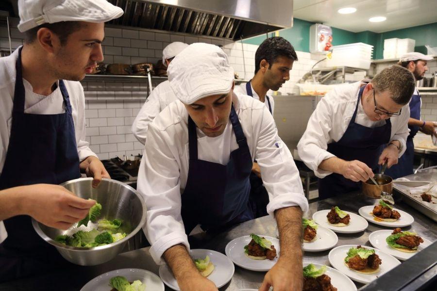"""מטבח פתוח לעיני הסועדים. צילום: יח""""צ"""